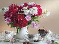 Csokor virágot egy váza és a gyümölcs
