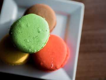 """helado de naranja y verde en tazón de cerámica blanca - Dato curioso: cuando el artista de grabación Kevin Gates rapeó """"Tengo dos teléfonos, uno par"""