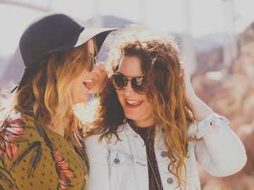 Photographe Amis - deux femmes souriant tout en portant des lunettes de soleil. Hoover Dam Access Road, Boulder City, �