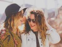 Fotograf Freunde - zwei Frauen lächeln, während sie eine Sonnenbrille tragen. Hoover Dam Access Road, Boulder City, V
