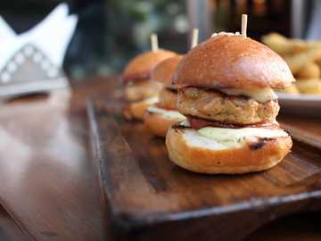trzy hamburgery na drewnianym stole - Mój pierwszy wpis na unsplash. To jest mini burger, który miałem w Playboy Beer Garden w Pune w I