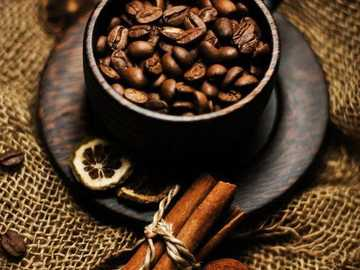 Καφές  - Ένα φλιτζάνι με κόκκους καφέ