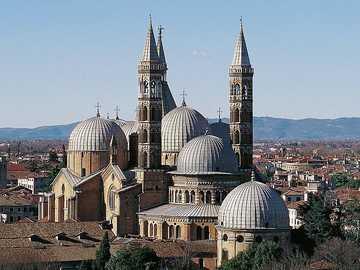 Padwa (Włochy). Bazylika Świętego - widok na kopuły i dzwonnice.