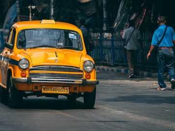 Wizyta w Kalkucie - żółta taksówka na drodze.