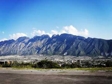 Sierra Madre - montañas grises y blancas bajo el cielo azul durante el día. Santa Catarina, N.L., México