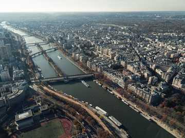 Eine Luftaufnahme der Seine - Vogelperspektive der Stadt mit Gewässern. Paris, Frankreich
