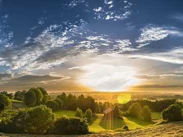 Panorama wieś - widok pól we wschodzącym słońcu