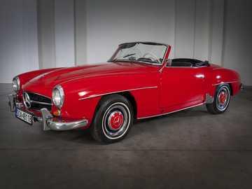 mercedes-benz - coche viejo con pintura roja