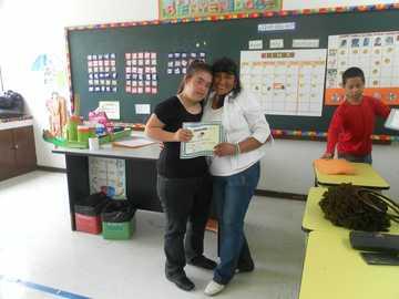 rosita recibiendo su diploma - entregado el diploma a rosa por su buena participación