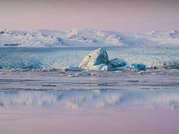 ghiacciaio di ghiaccio - Iceberg galleggiante sulla laguna di Jökulsárlón. Jökulsárlón, Islanda