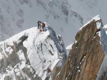 Alpiniści - Alpiniści zdobywają szczyt