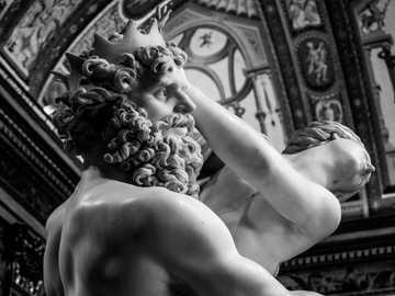 szary betonowy posąg człowieka fotografia makro - Kolejny kąt uprowadzenia Prosperiny, pokazujący silny i muskularny Hades. Zgodnie z mitem został