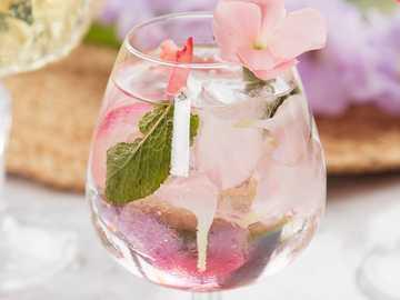 Rose Mojito z przepisem - Czas przygotowania: mniej niż 5 minut / sposób przygotowania: zmiażdżony, przygotowany w szklanc