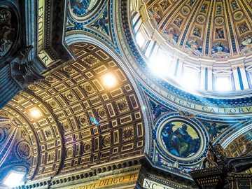 Interior de la catedral - Techo de cúpula católica.