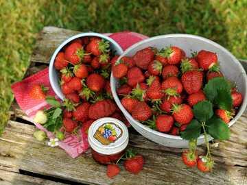 Truskawki - czerwone truskawki w misce.