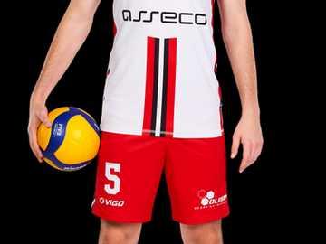 Marcin Komenda - Marcin Komenda (nacido el 24 de mayo de 1996) - jugador de voleibol polaco, jugando quarterback. Des