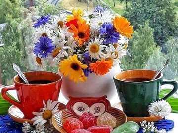 kawa w oknie - kawa dla dwóch osób przy oknie i wazon z kwiatami