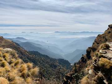 Warstwy spokoju. - góry w ciągu dnia. Tungnath, Rudraprayag, Indie