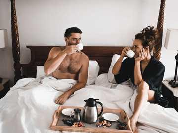 hombre tomando café al lado de mujer - Mi Instagram es @_jeremybanks. Me encantaría que me etiquetaras cuando uses mi foto, para que pueda