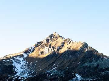 Picco di montagna a Sportgastein, Austria. - montagna marrone e bianca sotto il cielo bianco durante il giorno. Sportgastein, Badgastein, Austria