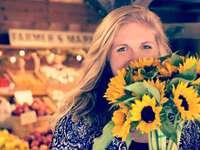 Žena s květinami na trhu