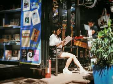 Quelque chose. - livre de lecture de femme assise sur un banc.