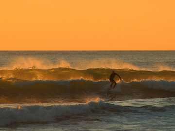 homme, surfer, sous, ciel jaune, pendant, jour - Ce n'était certainement pas la meilleure vague de la journée, mais j'aime la façon dont