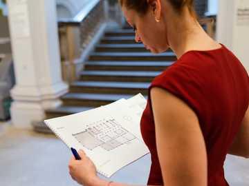 femme, rouges, sans manches, chemise, tenue, blanc, imprimante, papier - Ingénieur électricien examinant les plans de l'éclairage.