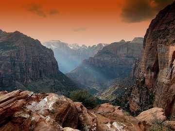 Wschód słońca - Słońce wstaje w górach