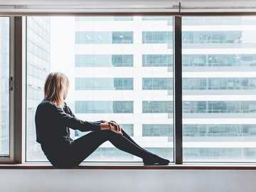 Guardando fuori da una finestra - donna seduta sulla finestra. Seoul, Corea del Sud