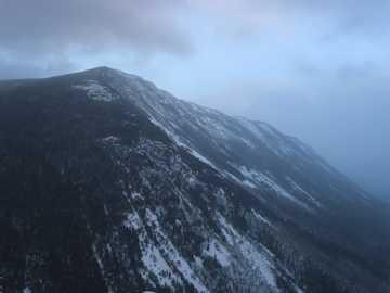 górska sceneria - Wędrował Mount Willard w Białe Góry w śnieżny dzień tej zimy. Dolina poniżej jest niewiarygo