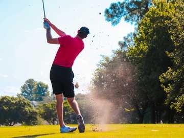 uomo che gioca a golf - prendi un po 'di terra con quello. Florida, USA