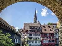 pohled na činžovní domy - průchod tunelem přímo do činžovních domů z pruské zdi