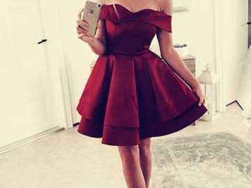 Dziewczyna cała sylwetka. - Dziewczyna w sukience cała sylwetka.