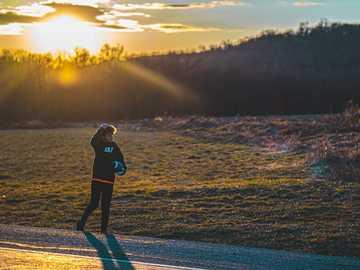 femme, dans, veste noire, marche, sur, route, pendant, coucher soleil - #photographie #photo de la journée #photo #photographe #amour #nature #instagood #instagram #art #t