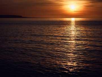 zdjęcie sylwetki morza - Islandia zachód słońca. Seascape Islandii, Islandia