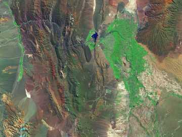 widok z lotu ptaka zieleni i brązu ziemi - San Juan, Argentyna, leży w żyznej dolinie otoczonej suchymi górami. Pola uprawne i winnice (ziel