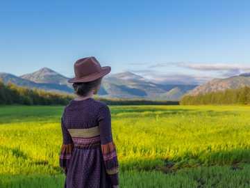 Magadan dziewczyna w polu - kobieta stojąca w pobliżu pola ryżu. Magadan, Rosja
