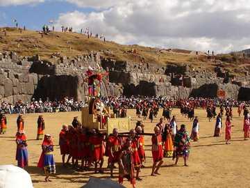 """INTI RAYMI - Starożytne inkaskie święto Inków czciło swego Boga: """"El Inti o Sol""""."""
