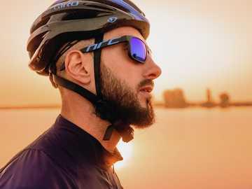 Fundador de Kyiv Cycling Squad. - Hombre vestido con casco de bicicleta negro.