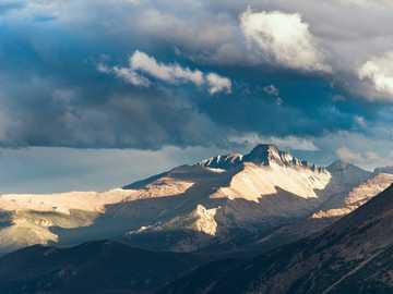zdjęcie krajobrazowe góry - Majestic Longs Peak, 14349 m (4346 m), widziany z Trail Ridge Road w Rocky Mountain National Park. R