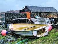 barco branco e marrom no rio perto de casas durante o dia - A Ilha Easdale fica ao largo da costa de Ellenabeich, a maior vila da ilha de Seil, que é conectada