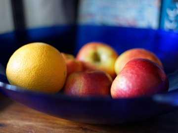 bandeja de naranja y manzanas - Fruta colorida en un recipiente de vidrio.