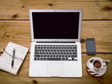 MacBook Air - iPhone, MacBook y teléfono inteligente en una mesa.