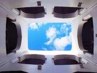 photographie à faible angle de l'intérieur du bâtiment