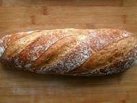 pâine pe masă de lemn maro