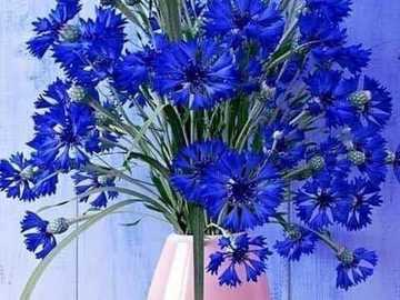niebieska trawa pszeniczna - niebieski chaber w różowym wazonie