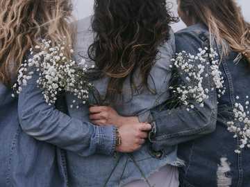 Niñas y flores - Grupo de mujeres mirando hacia atrás. Edmonds, Estados Unidos