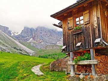 górskie schronisko - Schronisko u podnóża gór