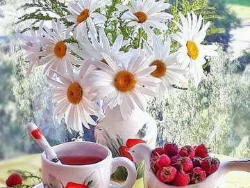 herbata i owoce - herbata i maliny na oknie z bukietem stokrotek